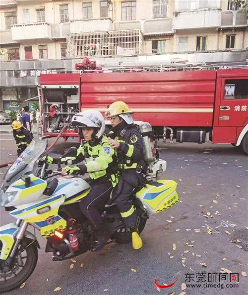 民房着火男子被困 莞城铁骑消防合力救出