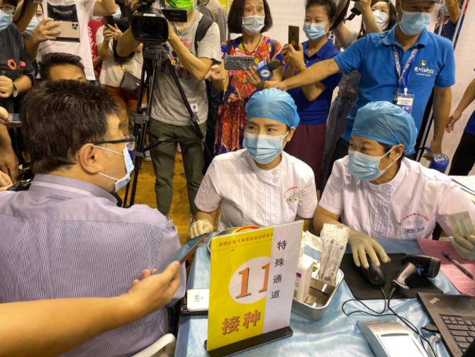 台湾学者邱毅在厦门接种科兴疫苗